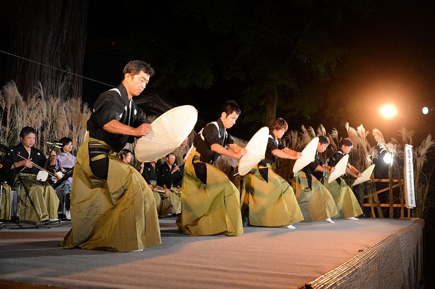 夕暮れ時の男踊りに始まり、境内のステージで勇壮な舞が繰り広げられる。