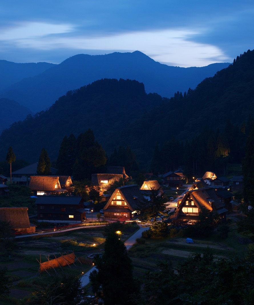 日が暮れる頃、灯りがともる相倉の合掌造り集落。日中とはまた違った趣が漂う。
