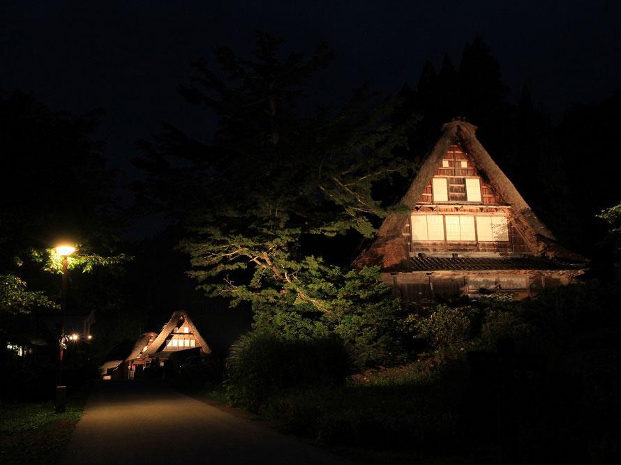 ライトアップされた合掌造りの集落は幻想的な雰囲気。世界文化遺産に登録された風景を心に留めよう。