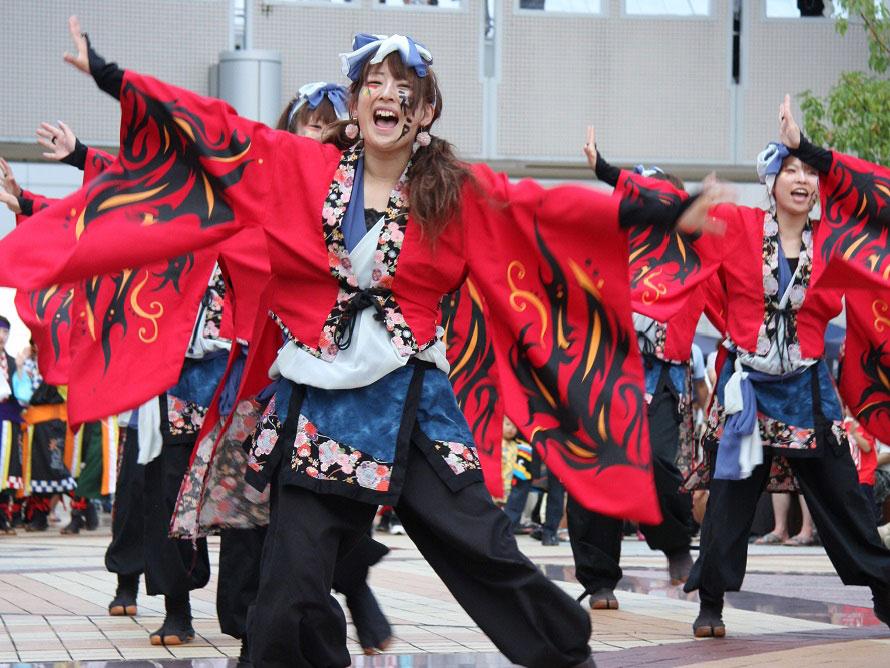 うらじゃ連(うらじゃを踊るチームの連合体)による踊りは毎年盛り上がる。最後は観客も入って総踊りとなる。