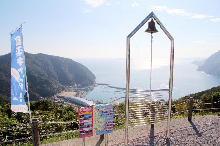 「里の駅 たかひら展望公園」にある幸せの鐘。鳴らすと鐘の音が太平洋に響きわたり、願いが叶うといわれる。