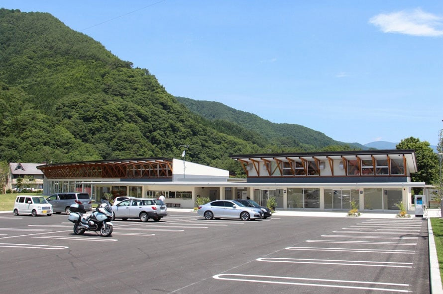 ドライブ途中の立ち寄りスポットとして最適。芝生の広がる「813ひろば」は、道の駅「尾瀬かたしな」が標高813mに位置することにちなんで名づけられました。