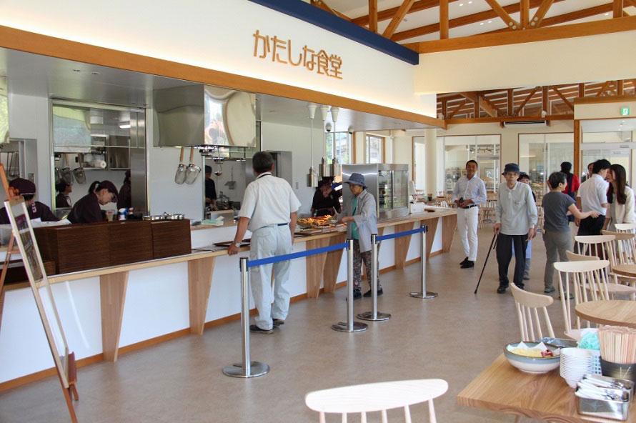 「かたしな食堂」では、「名水うどん」500円や「舞茸丼」750円(並)などを提供。