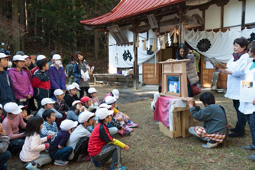 猿が出てくるまでの間、地元の婦人会により、猿追い祭りの成り立ちなどを説明する紙芝居が行われる。