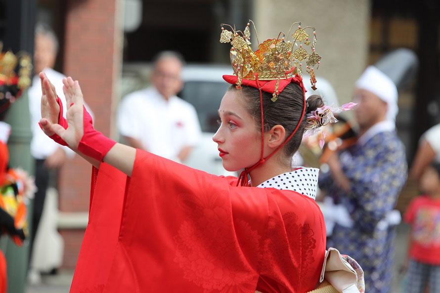 郷土芸能パレードには外国人が参加することも。