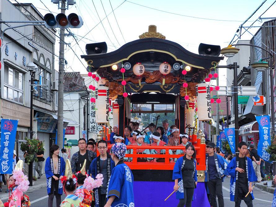 郷土芸能パレードは市内中心部の一日市通り(ひといちどおり)および駅前通りで行われる。
