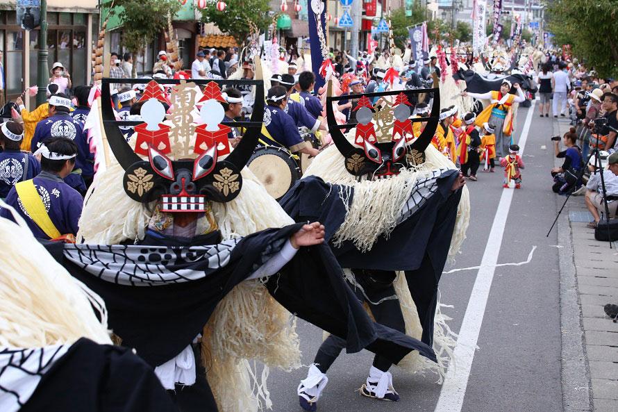 遠野を代表する芸能「しし踊り」。市内のしし踊り団体が集う大迫力のしし踊り大群舞は毎年人気。