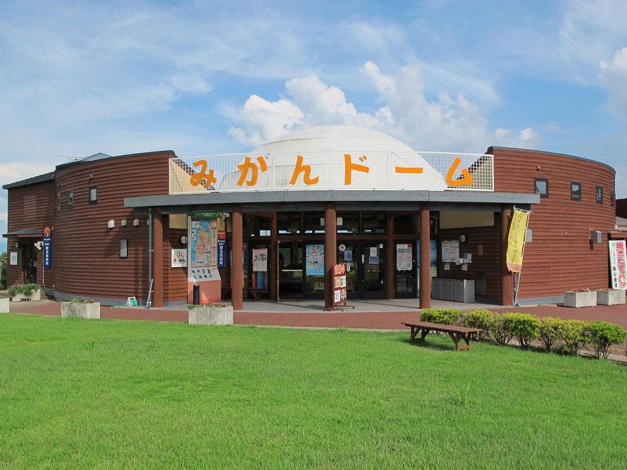 国道43号線沿いにある道の駅「さいかい」。周辺には地元グルメの飲食店も多い。
