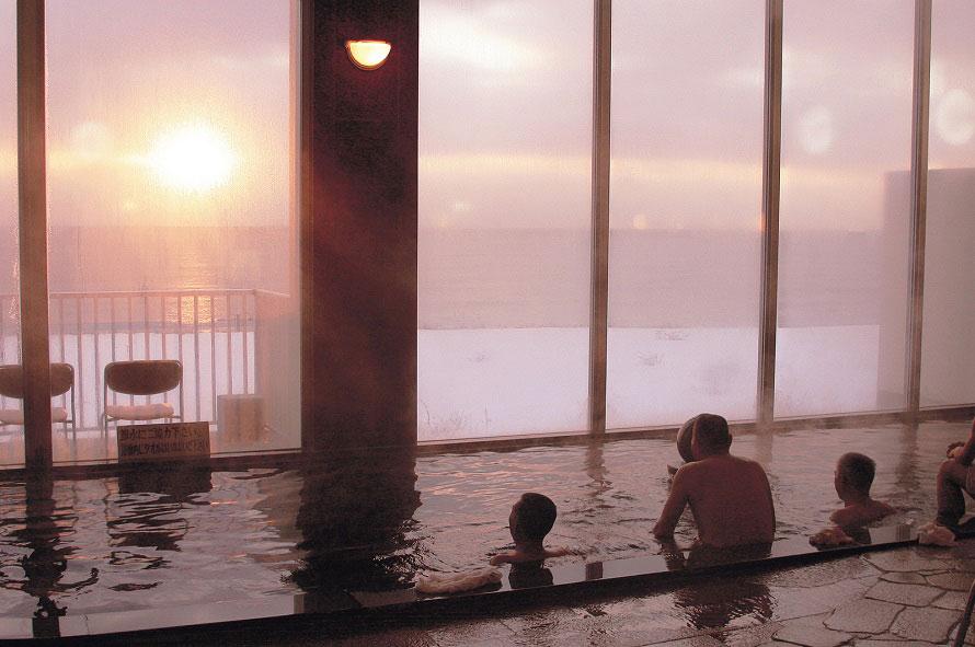 目の前に広がる雄大な太平洋を望みつつ、ぜいたくな入浴を楽しめる。