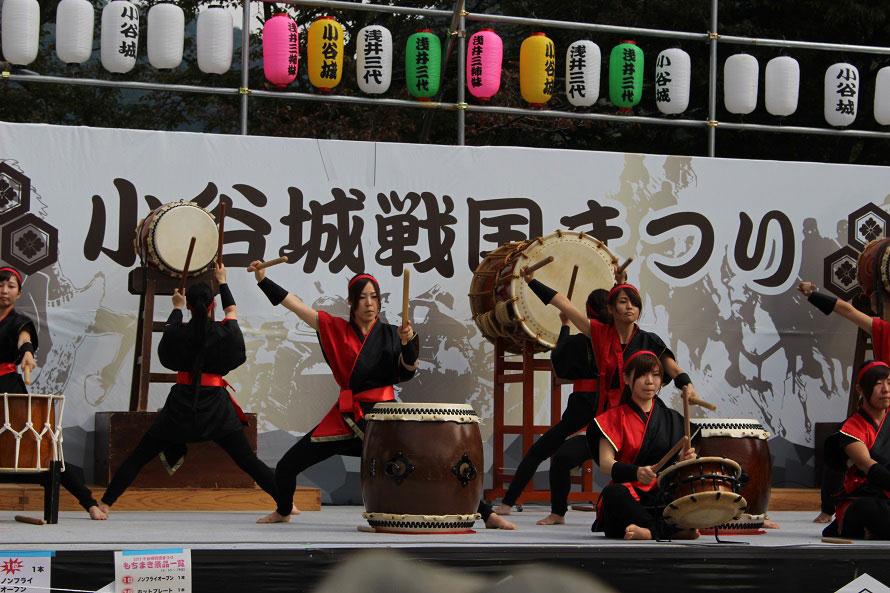 迫力のステージイベントのほか、甲冑やお姫様の着付けなどの体験も楽しめる。