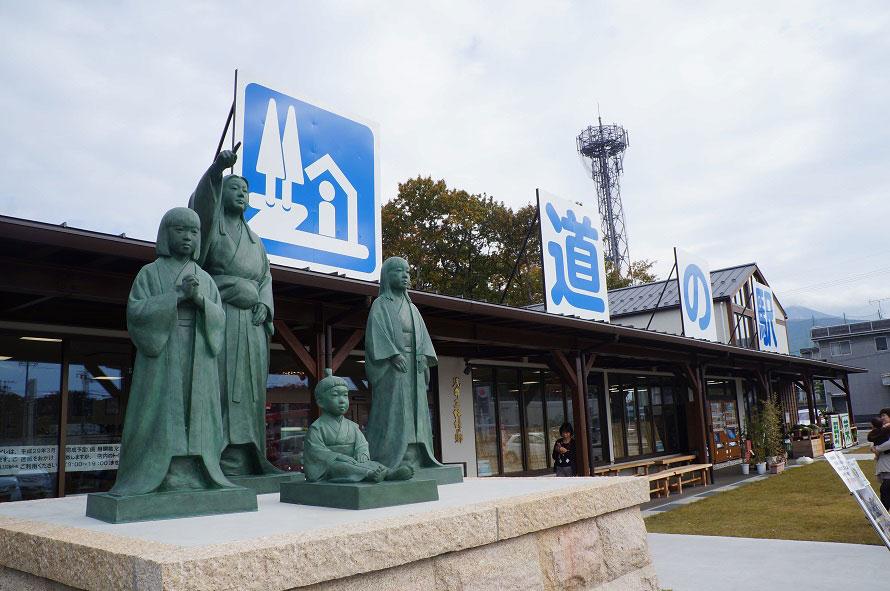 お市の方と浅井三姉妹の像が立つ道の駅「浅井三姉妹の郷」。2017年3月にオープン。