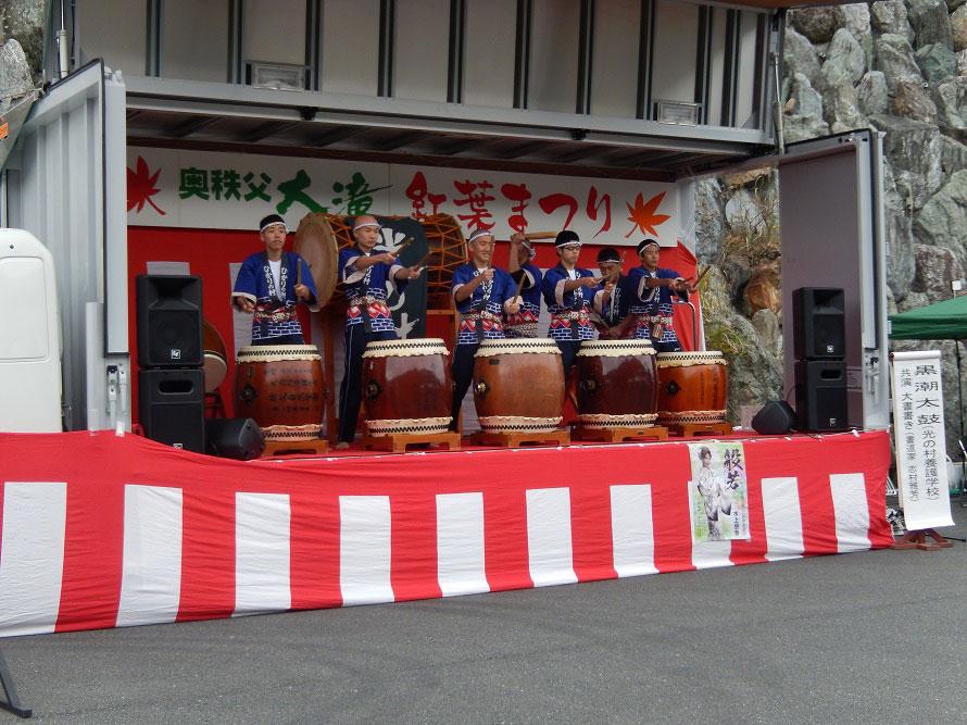 ステージイベントでは黒潮太鼓の披露もある。