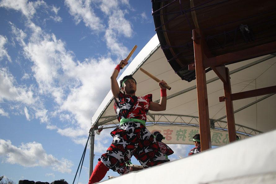 勇壮な巻狩太鼓の演奏。平成2年(1990)に誕生した巻狩太鼓は、狩猟時の歓声が山にこだまする様子や、獲物を射止めた喜びなどを演奏で表現している。