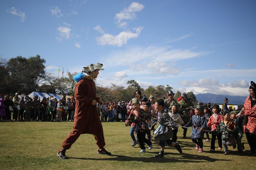 巻狩ショーには小さな子どもも参加できる。みんな大はしゃぎ!