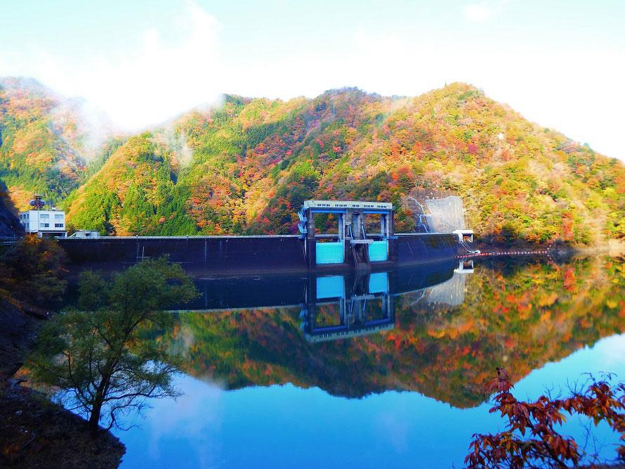 ダム周辺の一部は散策路が整備されているので、ゆっくりと歩きながら紅葉を楽しもう。春の桜や新緑もおすすめ。