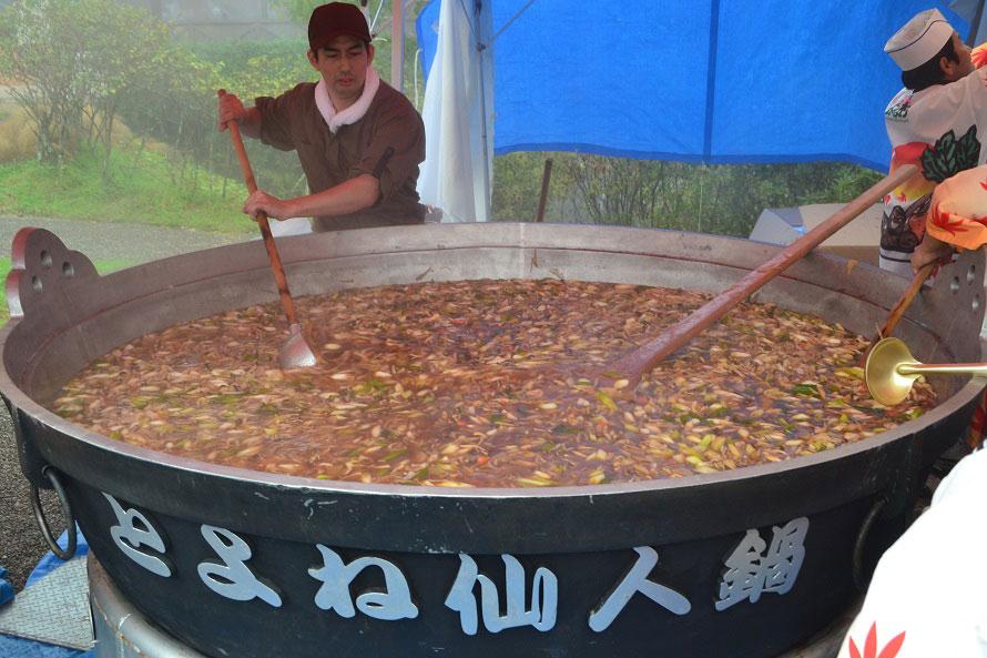 直径2mの大鍋で作るスケールの大きな芋煮は、秋野菜をふんだんに使っていてとてもおいしい!