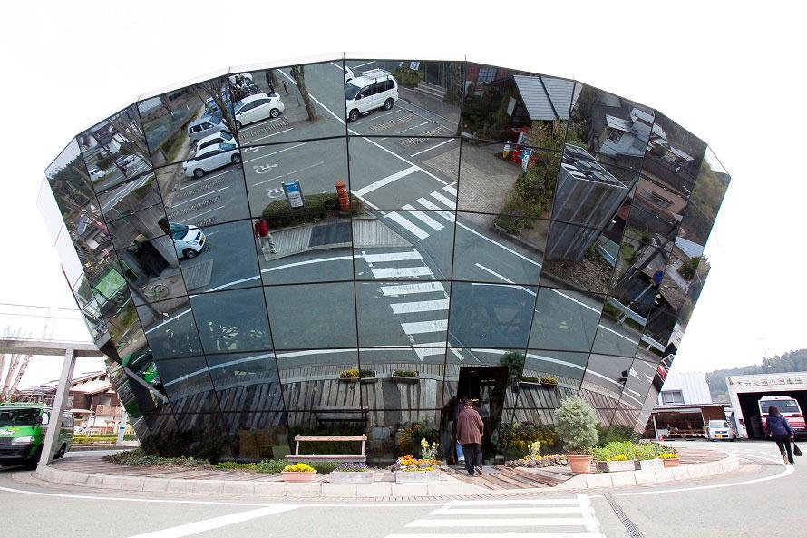 全面総ミラーガラス張りの外観は、小国町のシンボル的存在。