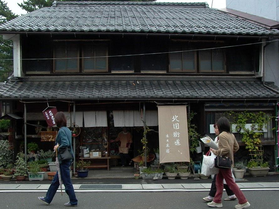 宿場町としてにぎわった古い家並みが旅情を誘う。