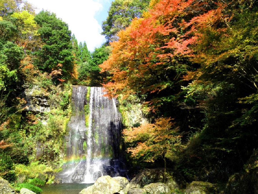 最上流のカッパ滝の広場。滝壺に架かる虹を見るなら、紅葉シーズンの晴れた日の昼間、12~15時の間がベスト。