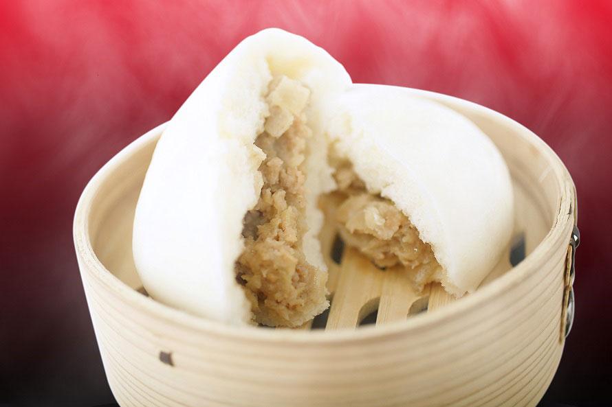 四万十町産窪川ポークの粗挽きの豚肉に、高知県産タケノコと国産タマネギを使用。具がいっぱい入っているのでこぼさないように食べよう。