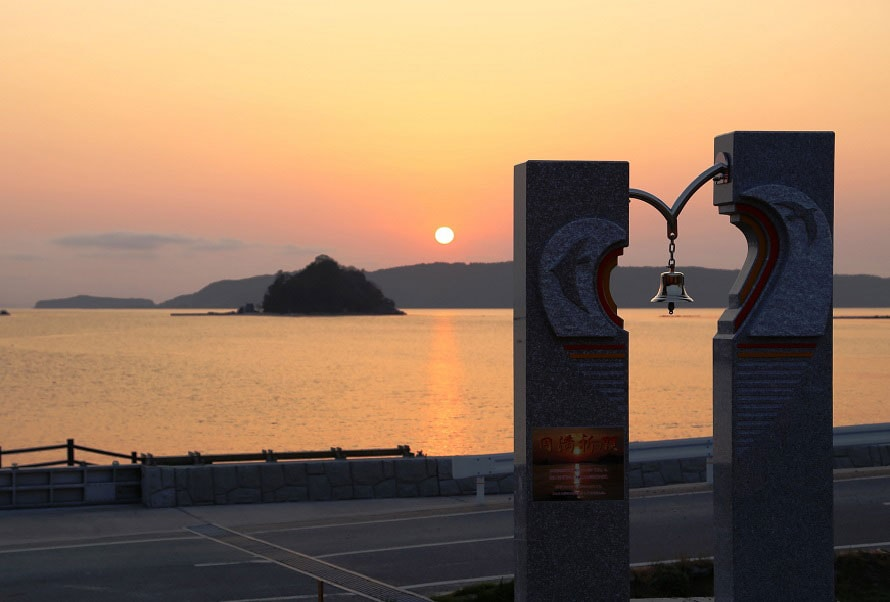 道の駅「阿武町」から望む奈古漁港の夕日。手前の「幸せのモニュメント」が道の駅「阿武町」の目印だ。