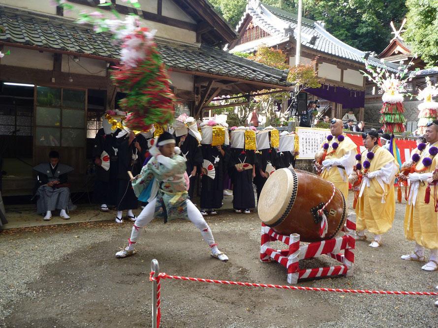 「シナイ」と呼ばれる飾りを振りながら力強く太鼓を叩く「本太鼓」。