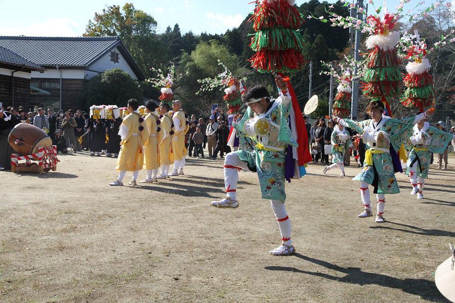 お化粧した女装束の踊り手は12名。衣装は昭和を代表する染色家・皆川月華のデザインで、田山を流れる名張川の秋の風景をモチーフにしている。