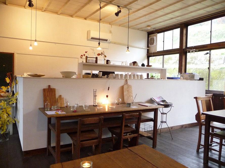 女性好みのおしゃれな店内。同じく旧田山小学校内にあるギャラリー「Studio INTO」のカトラリーを使用。
