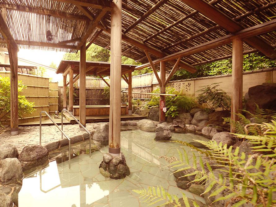 温泉はアルカリ性単純温泉でpH9.5と高いのが特徴。角質をやわらかくして肌をすべすべにする作用があるといわれ「美人の湯」としても評判。写真は露天風呂。