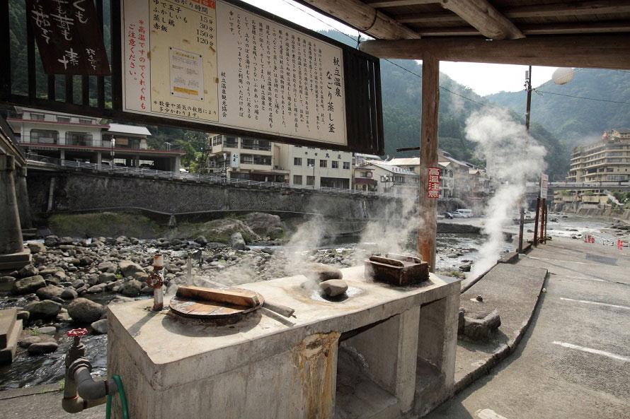町のいたるところで見かける蒸し場。蒸し料理は地元の人たちにとってとても身近な存在。