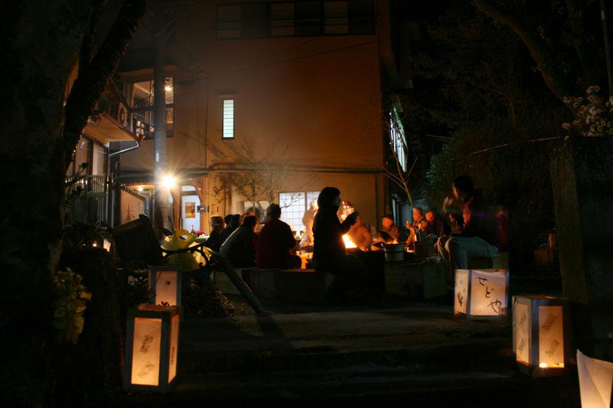 ほの明るい灯明が路地をやさしく照らし郷愁を誘う、背戸屋祭りの風景。