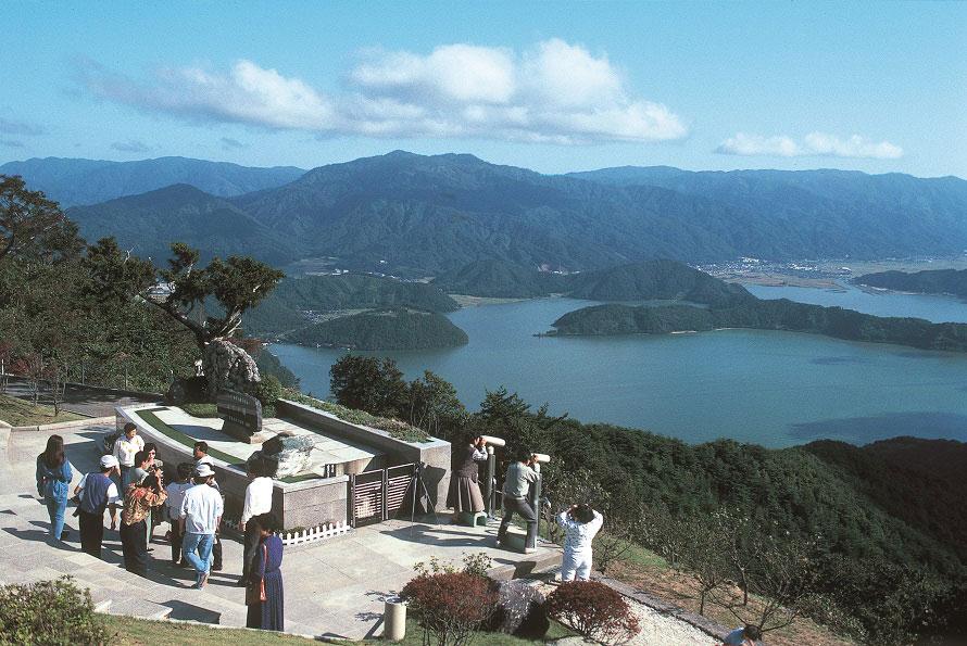 標高約400mの梅丈岳は三方五湖のひとつ、水月湖畔に位置。
