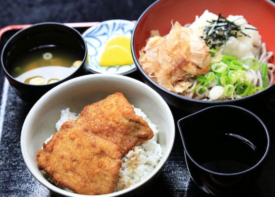 食事処で人気の福井名物「ソースカツ丼」。写真は「おろしそばセット」1000円(税込)。