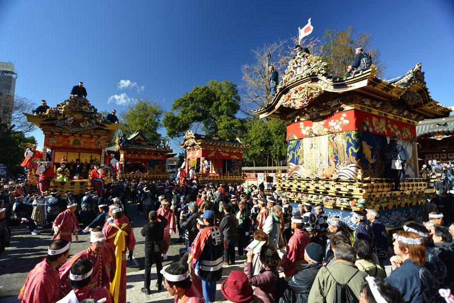 12月2日は4基の屋台が正午頃から、3日の本祭は9時から6基の屋台・笠鉾が市内を曳きまわされる。