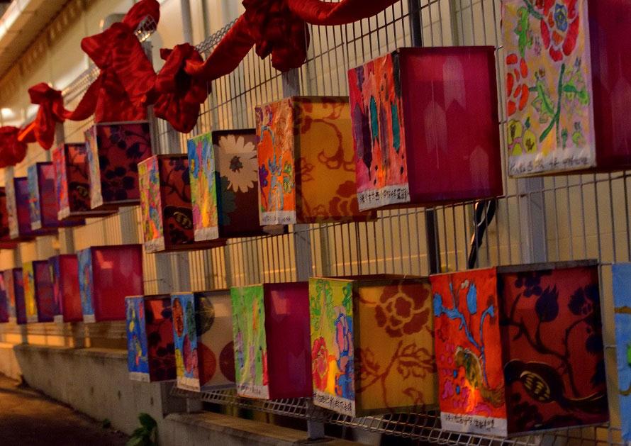 画像は市の小学生たちが作った、絹市の会場を彩る行灯。