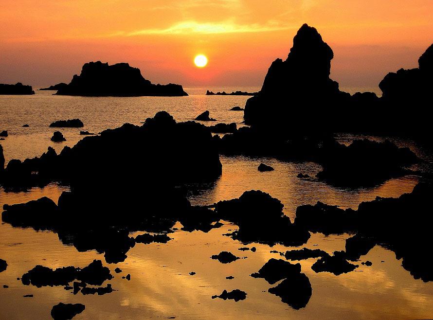 「夫婦岩」がある七浦海岸は夕日の名所としても知られる。