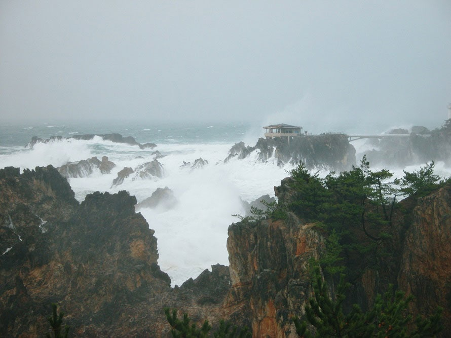 打ち寄せる荒々しい波と隆起した岩がつくり出す、ダイナミックな景観を楽しめる。