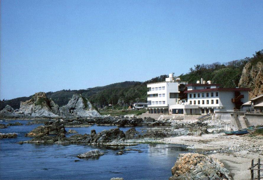 「夫婦岩」の前、ホテルめおとと同じ建物内にある「めおと岩ドライブイン」。レストランから七浦海岸を一望。