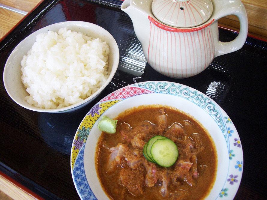 道の駅内にあるレストラン「おふくろ食堂はまゆう」の「玄海茶漬けセット」920円。玄海茶漬け、ごはん、赤だし、漬物がセットになった、新鮮な魚をごまだれで味わえる名物料理だ。