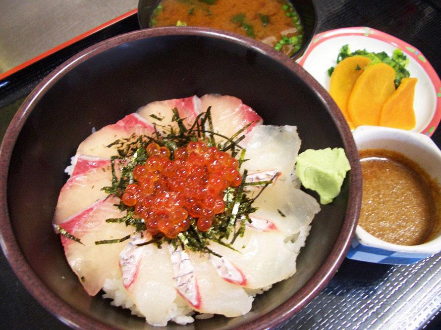 「鯛ブリイクラ丼」1300円は、新鮮なタイ、ブリ、イクラの3点を載せた豪華な丼。赤だし、漬物付き。