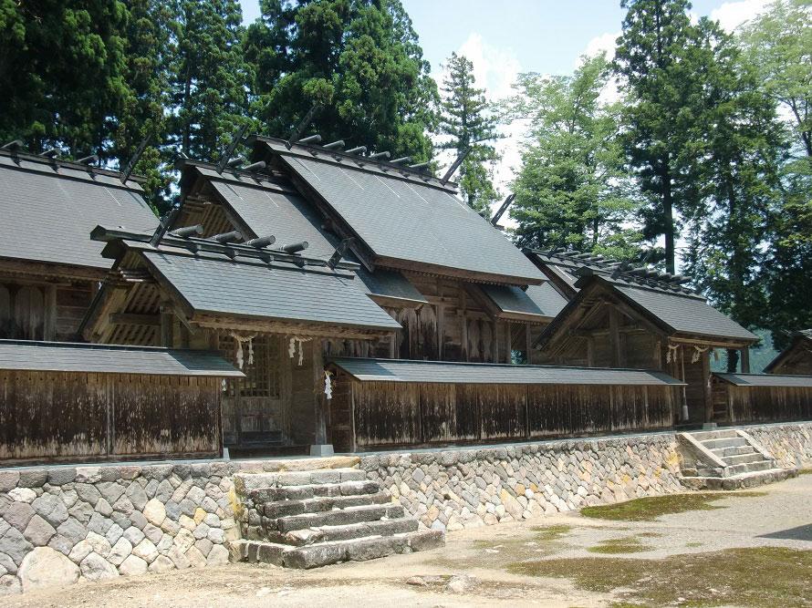 境内に残る石灯籠は鎌倉時代の作とされ、国の重要文化財に指定されている。