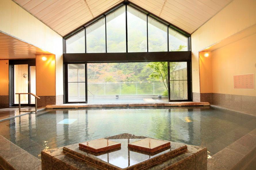 大浴場「夢幻の湯」。pH値が10と高く、美人の湯として人気。飲用も可能。