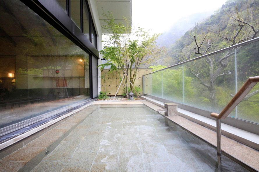 丹沢山塊の自然を見下ろす展望露天風呂。男女交替制で趣の異なる2つの露天風呂を楽しめる。