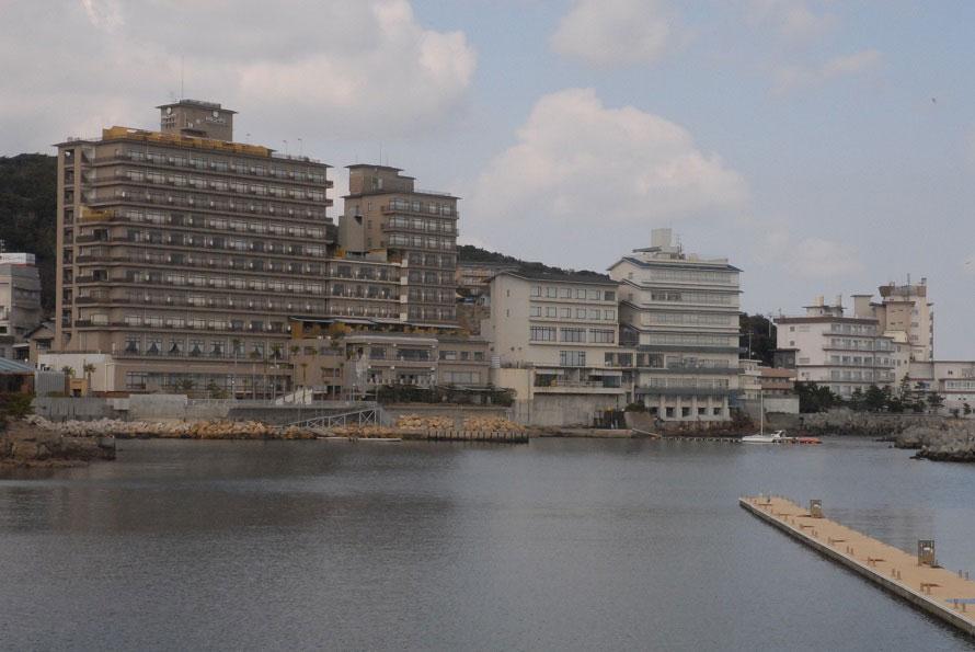 洲本城の城下町として栄えた洲本は、淡路島最大の温泉街。海岸沿いに位置し、海景を望む露天風呂も多い。瀬戸の海に囲まれた淡路島で海岸ドライブを楽しもう。