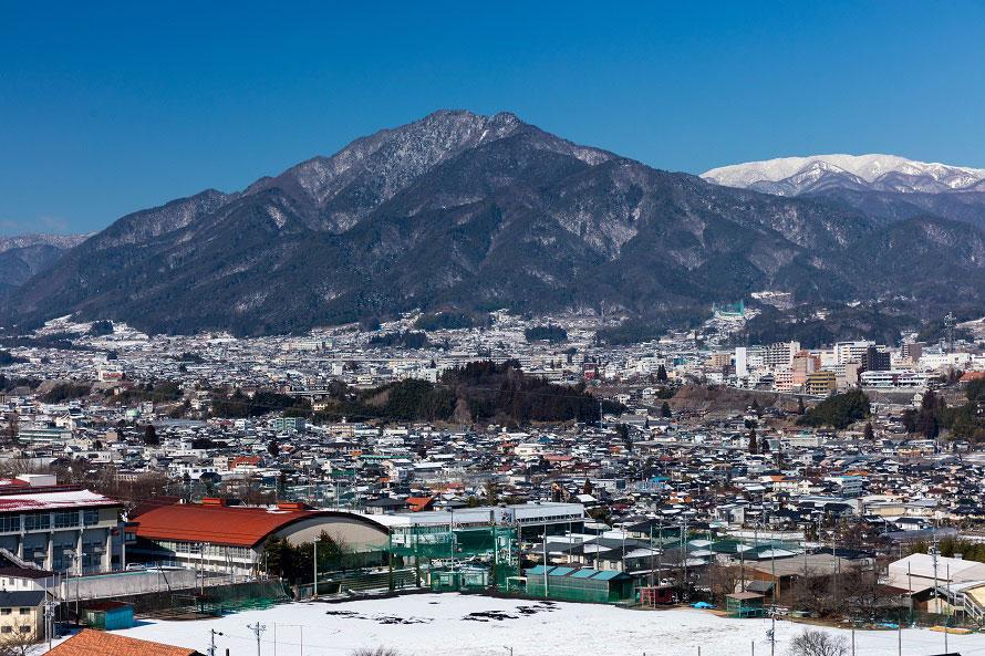 県外からの登山客も多い風越山。山中には室町時代に建てられた白山神社本殿などの史跡もある。