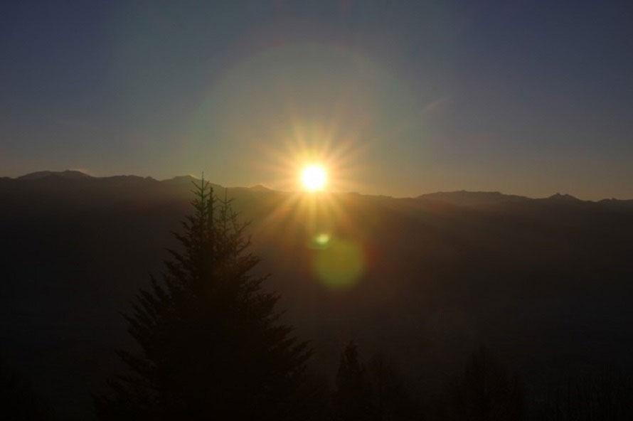 虚空蔵山で望む初日の出。毎年多くの人が初日の出を拝みに訪れる。