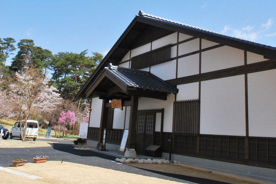 新しい施設だが、館内では解体された古民家の古材を再利用した柱や家具が使われている。