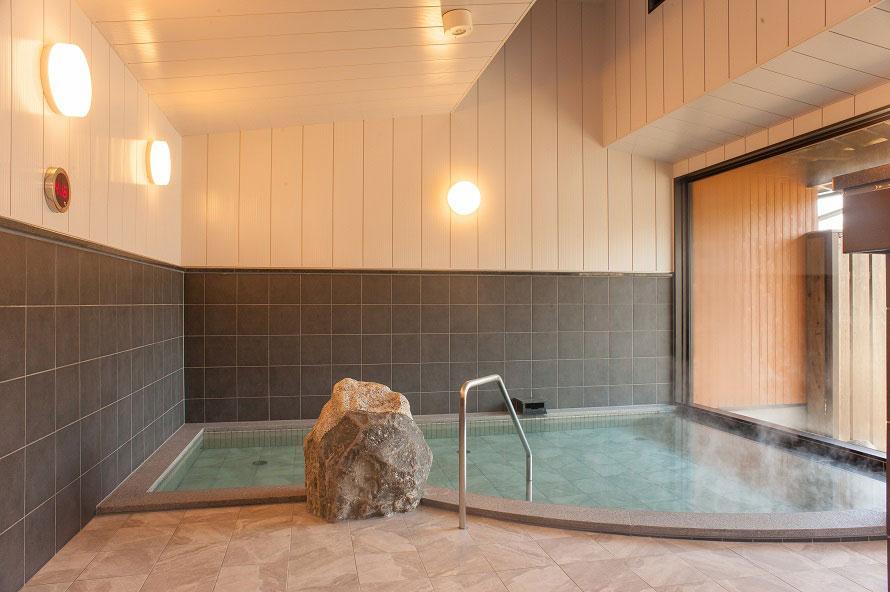 内湯のほか、露天風呂やサウナも完備。神経痛や関節痛、痛風などさまざまな症状に効果があるといわれている。