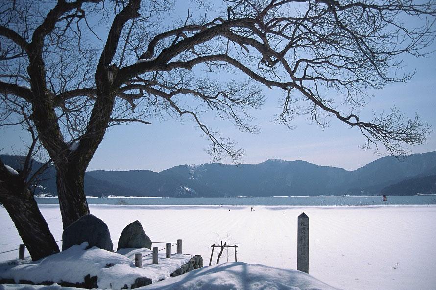 湖畔には遊歩道が整備されている。周辺には天女の衣掛柳や目玉石など、伝説にまつわるスポットも。