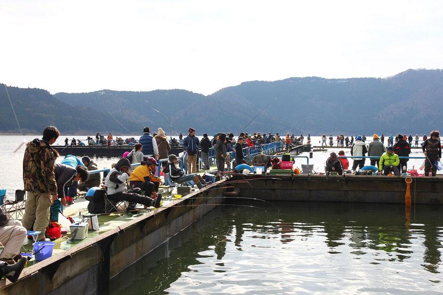 余呉湖のワカサギ釣りは冬の風物詩。初心者でも釣りやすいという。